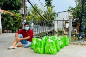 Quyền Linh gây xúc động khi đi vào từng hẻm sâu để tặng quà cứu trợ cho bà con mùa dịch
