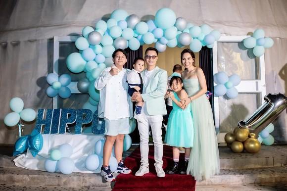 Hoàng Bách hạnh phúc bên gia đình mừng thôi nôi con trai út