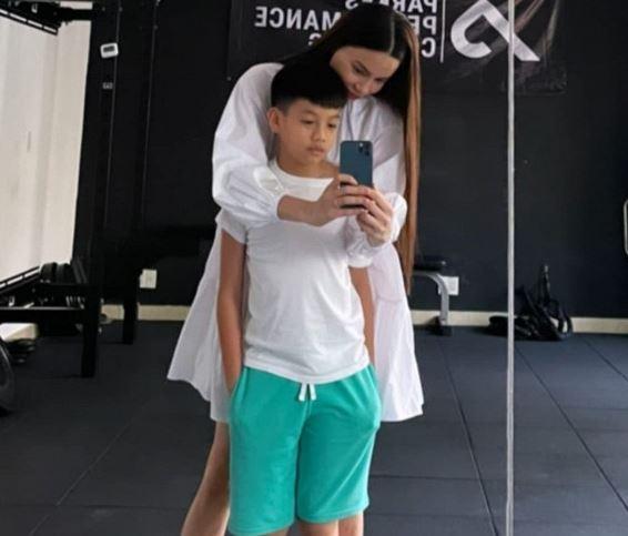 Hồ Ngọc Hà đăng ảnh bên Subeo nhưng ai cũng ngạc nhiên vì cậu nhóc đã cao gần bằng mẹ