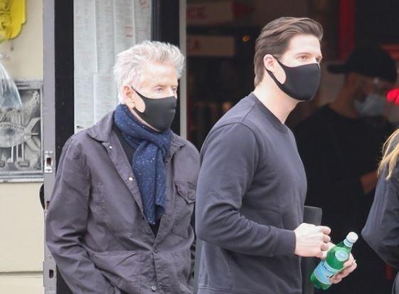 Nhà thiết kế Calvin Klein ra phố cùng bạn trai đồng giới kém 45 tuổi